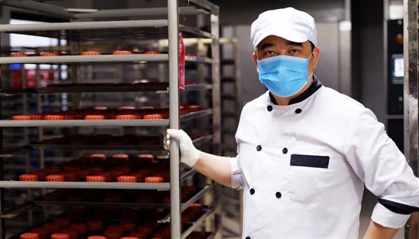 Nghệ nhân Nguyễn Văn Chung cho biết, bếp VinMart đã thử nghiệm hàng chục vị khác nhau trước khi quyết định lựa chọn 2 vị bánh cao cấp phù hợp để tung ra thị trường vào năm nay.