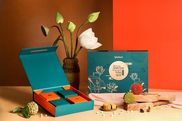 Hộp bánh màu xanh kết hợp họa tiết hoa sen, tượng trưng cho sự gắn kết yêu thương.