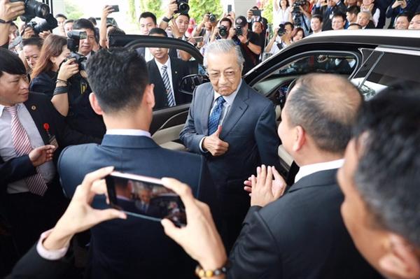 Biểu cảm của ông Mahathir Mohamad sau khi lái chiếc xe VinFast Lux SA2.0 trên cung đường thử dài 3 km với vận tốc 100 km/h.