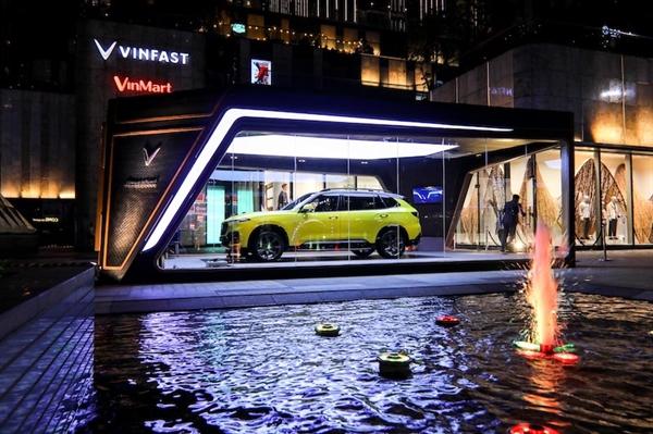 Mẫu xe VinFast President được trưng bày tại sảnh tòa nhà cao nhất Việt Nam - Landmark 81.