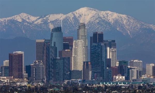 Tuyết được nhìn thấy trên dãy núi San Gabriel bên ngoài Los Angeles vào tháng 4 khi miền nam California trải qua chất lượng không khí được cải thiện trong quá trình ngăn chặn COVID-19. Nguồn ảnh: The Guardian.