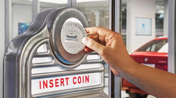 Khách hàng sử dụng đồng xu để lấy xe tại máy bán hàng tự động của Carvana. Nguồn ảnh: CN Traveler.