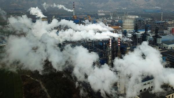 Khói và hơi nước bốc lên từ một nhà máy chế biến than ở Hejin thuộc tỉnh Sơn Tây, Trung Quốc. Nguồn ảnh: AP.
