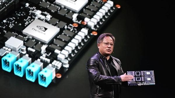 CEO Nvidia Jensen Huang muốn ngang hàng với CEO Apple Tim Cook. Nguồn ảnh: CNN.