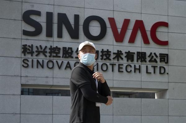 Công ty Sinovac có trụ sở tại Bắc Kinh - một trong 3 công ty Trung Quốc có vaccine đang trong giai đoạn thử nghiệm cuối cùng, sẽ ưu tiên các quốc gia tiến hành thử nghiệm giai đoạn III và sau đó cung cấp liều cho các khu vực bị ảnh hưởng nặng nề bởi COVID-19. Nguồn ảnh: Springfield News Sun.