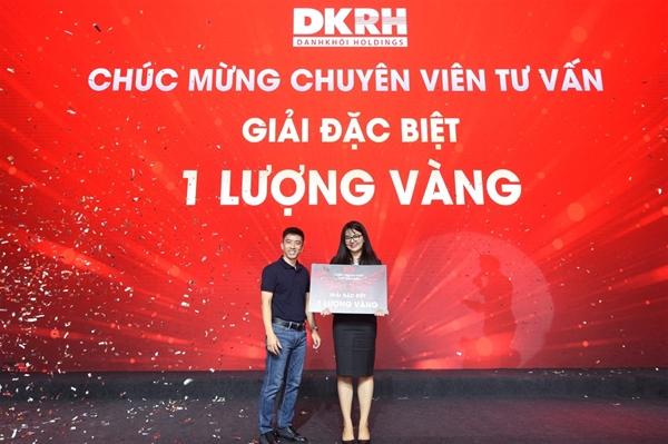 """""""Người dẫn đường"""" Nguyễn Quốc Bảo, Phó Tổng Giám đốc Tập đoàn Danh Khôi trao tặng giải đặc biệt cho chuyên viên tư vấn may mắn."""