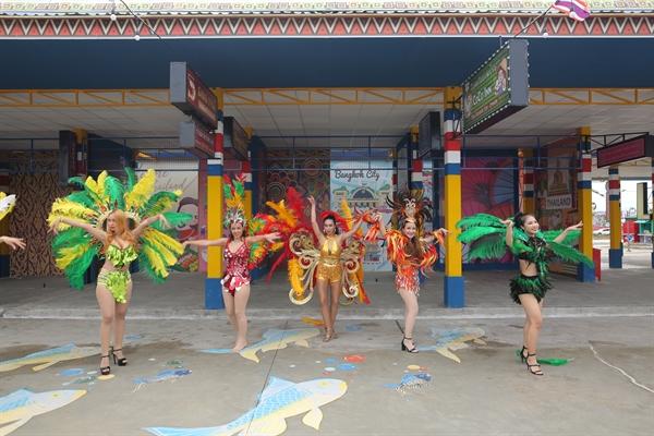 Điệu nhảy Yosakoi truyền thống cùng những lá cờ các chép nhiều màu sắc tại khu gian hàng phong cách Nhật Bản.