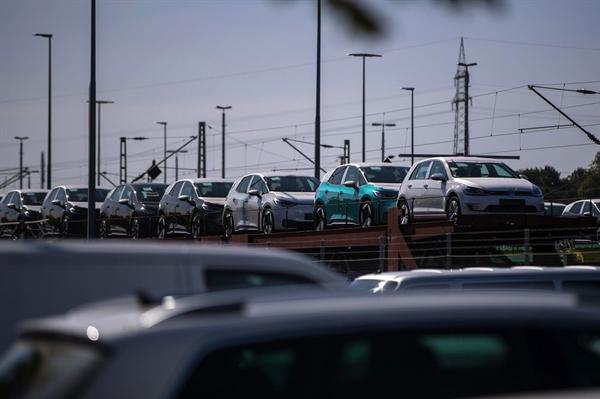 Những chiếc ô tô điện Volkswagen AG ID.3 mới được vận chuyển từ nhà máy Volkswagen ở Zwickau, Đức. Nguồn ảnh: Bloomberg.