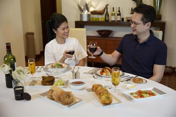 Khách hàng có thể trả thêm tiền để đặt dịch vụ của đầu bếp riêng, người này sẽ hâm nóng, dọn đĩa và phục vụ bữa ăn tại nhà của họ. Nguồn ảnh: Singapore Airlines.