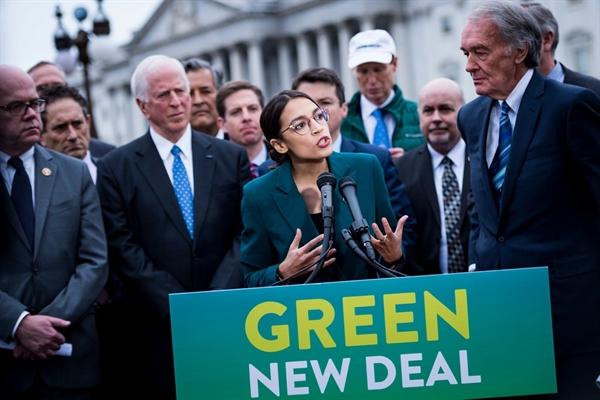 Đại diện Alexandria Ocasio-Cortez của New York và Thượng nghị sĩ Edward J. Markey của Massachusetts, công bố nghị quyết vào ngày 7.2.2019 về Green New Deal. Nguồn ảnh: The New York Times.