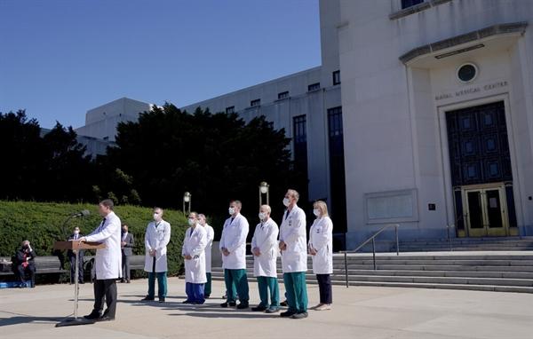 Một nhóm bác sĩ đã báo cáo về tình trạng của Tổng thống Trump tại Trung tâm Y tế Quân đội Quốc gia Walter Reed ở Bethesda, Mỹ. Nguồn ảnh: The New York Times.