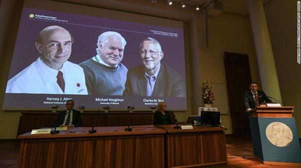 Thư ký Ủy ban Nobel Thomas Perlmann công bố những người chiến thắng. Nguồn ảnh: CNN.