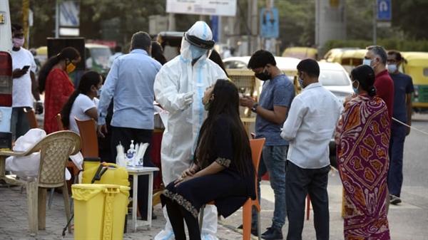 Xét nghiệm COVID-19 dựa trên phản ứng chuỗi phiên mã ngược (RT-PCR), tại Gurugram, Ấn Độ. Nguồn ảnh: Hindustan Times.