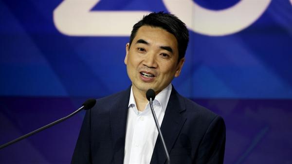 Trong số 25 người Mỹ giàu nhất, chỉ có một người không phải là người da trắng. Eric Yuan - Giám đốc điều hành của Zoom Video Communications, người có tài sản tăng gần 7 lần trong năm nay lên 24,2 tỉ USD. Nguồn ảnh: Axios.