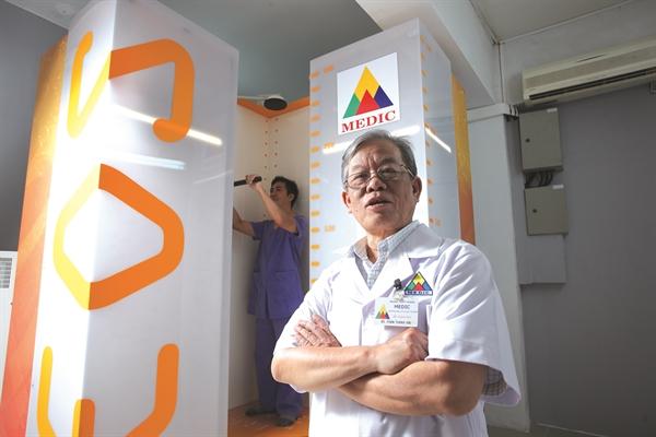 Hệ thống X-quang EOS chụp toàn thân tư thế đứng của Medic. Ảnh: Thiên Ân