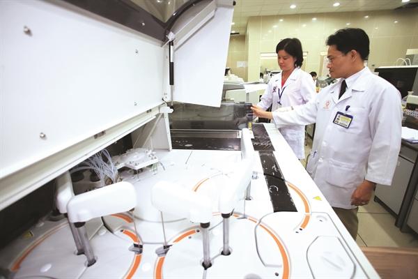 Thiết bị xét nghiệm hiện đại ở Bệnh viện Triều An. Ảnh: Quý Hoà