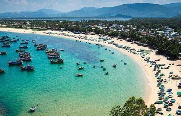 Mũi Né - Phan Thiết sở hữu bãi biển trong xanh có thể khai thác du lịch quanh năm.