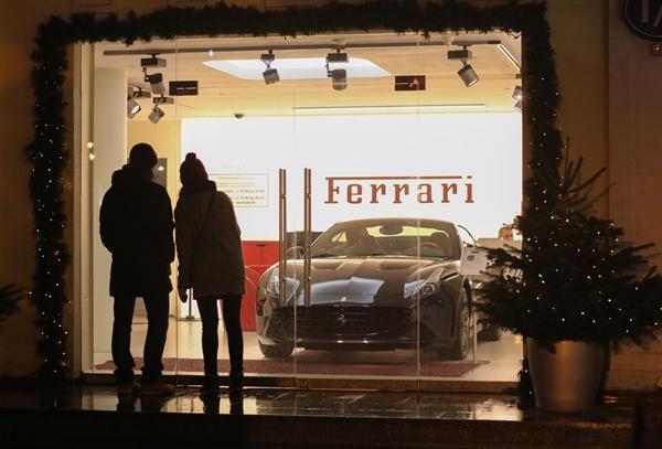 Theo dữ liệu của Bloomberg Intelligence, xe thể thao Lamborghini, Ferrari, Porsche cùng với Bentley, Rolls-Royce và các mẫu xe sang trọng nhất của Mercedes-Benz nằm trong số những xe có thể bị đánh thuế giới hạn trên. Nguồn ảnh: Bloomberg.
