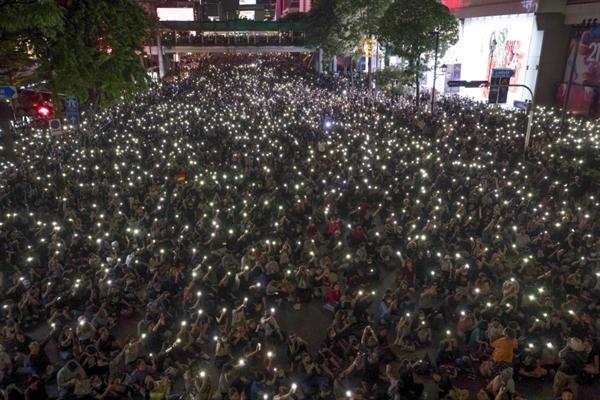 Những người biểu tình ủng hộ dân chủ chiếm một con đường chính ở Bangkok tối 15.10, yêu cầu cải cách chính phủ và chế độ quân chủ. Nguồn ảnh: AP.