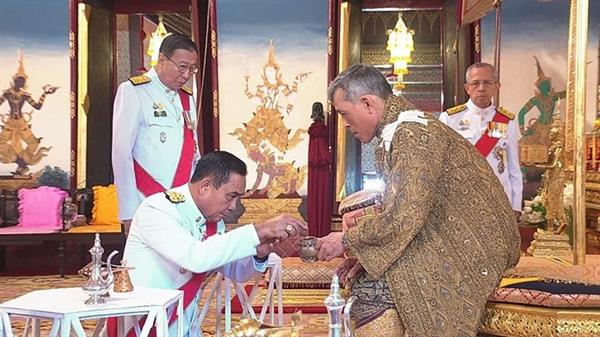 Thủ tướng Thái Lan Prayuth Chan-ocha cúi đầu trước Quốc vương Maha Vajiralongkorn trong lễ đăng quang hoàng gia năm 2019. Nguồn ảnh: Thai Royal Household Bureau.