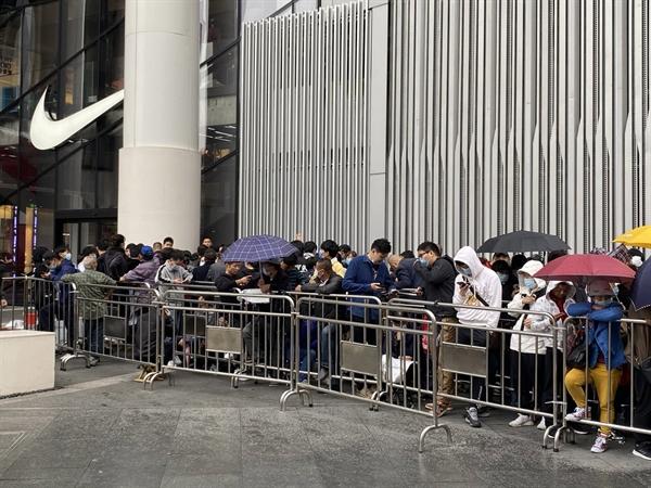 Dòng người đợi chờ đôi giày Nike phiên bản giới hạn tại Thượng Hải hôm 13.10. Theo Cục Thống kê Quốc gia Trung Quốc, nền kinh tế nước này tăng mạnh trong quý III, cho thấy kinh tế có thể phục hồi nhanh chóng khi virus được kiểm soát chặt chẽ. Nguồn ảnh: The New York Times.