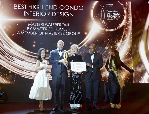 Ông Youssef Akila, Giám đốc khối thiết kế, đại diện Masterise Homes nhận giải thưởng về thiết kế cho dự án Masteri Waterfront.
