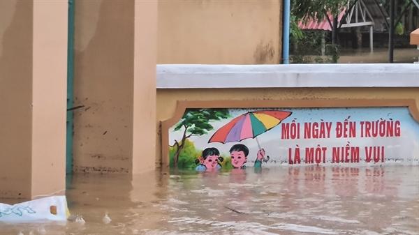Nhiều địa phương Quảng Bình chìm sâu trong nước khi mưa lớn, nước sông dâng cao gây ngập lụt. Nguồn ảnh: Hải An.