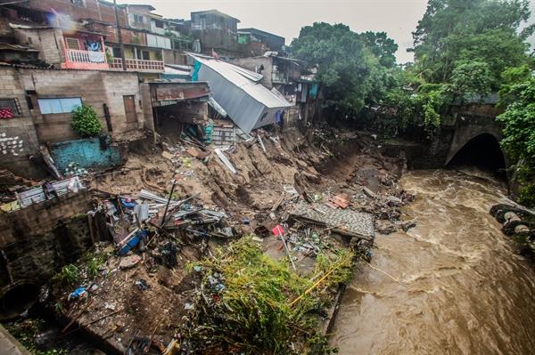 Các cơn bão nhiệt đới tấn công phá hủy nhà cửa và cơ sở hạ tầng. Ảnh: WFP.