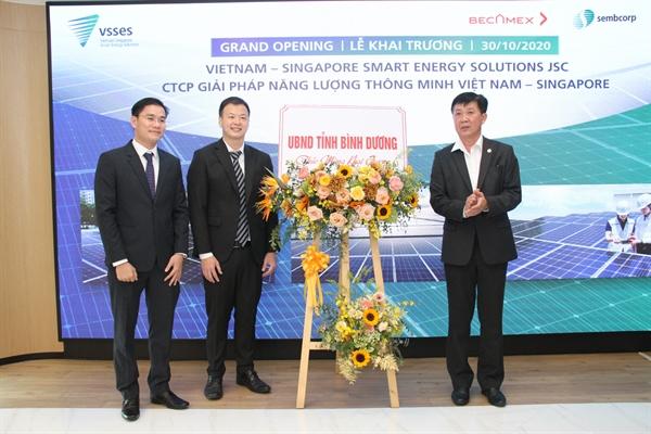 Ông Nguyễn Thanh Trúc - Phó CT UBND Tỉnh BD tặng hoa chúc mừng