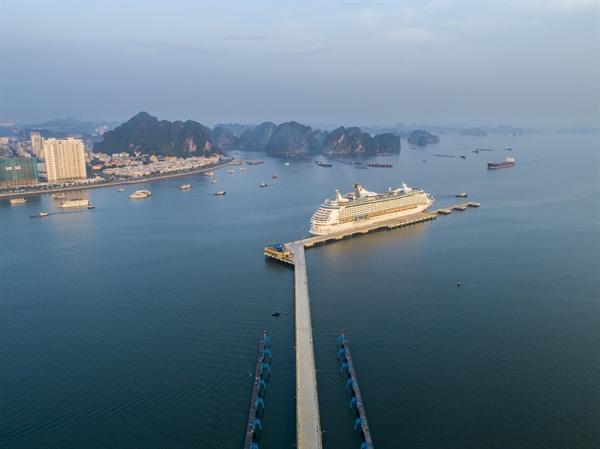 Du thuyền quốc tế cập Cảng tàu khách quốc tế Hạ Long.