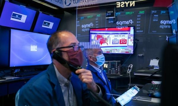 Các nhà giao dịch làm việc tại sàn giao dịch chứng khoán New York trong khi chờ đợi kết quả bầu cử Tổng thống Mỹ. Ảnh: EPA.