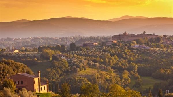 Khung cảnh hoàng hôn của những ngôi làng nông thôn ở Siena, Ý. Ảnh: CNBC.