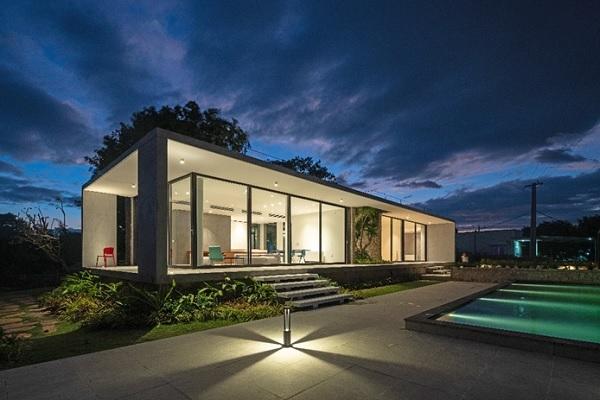 Cam Hải - Nhà trên đồi đá (Cam Hai House on the Rocks), được thiết kế bởi Idee Architects, một trong những công trình có kiến trúc xuất sắc chiến thắng tại Giải Thưởng KOHLER Bold Design Awards.
