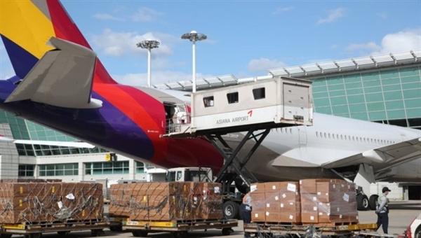 Hãng hàng không khủng hoảng tài chính Asiana Airlines đã chuyển đổi chiếc máy bay chở khách thành một máy bay chở hàng để giải quyết tình trạng sụt giảm doanh số bán hàng do virus gây ra. Ảnh: Korea Times.