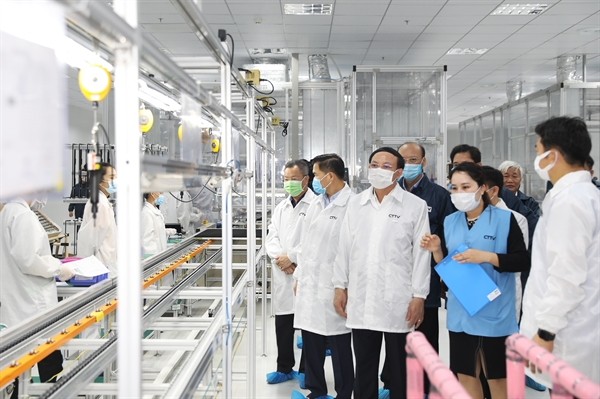 Leaders of Quang Ninh Province visit Foxconn plant.