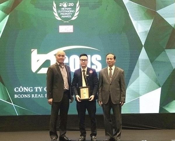 Ông Đỗ Thanh Bình, Phó Chủ tịch HĐQT Tập đoàn Bcons nhận giải Nhà phát triển Khu đô thị tiêu biểu.