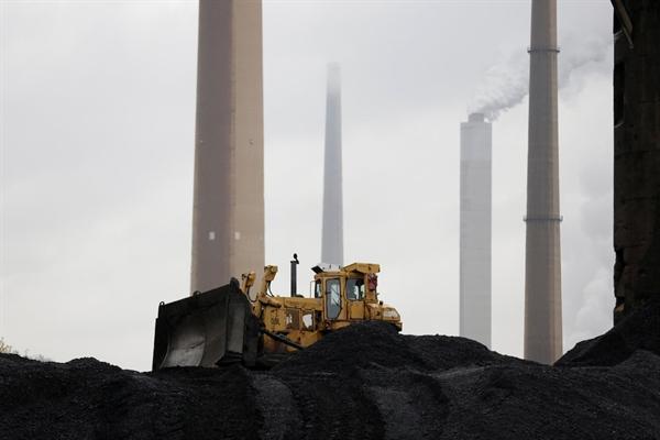 Lượng khí thải carbon dioxide đạt kỷ lục trong năm 2019, ngay cả khi than mất dần. Ảnh: Reuters.