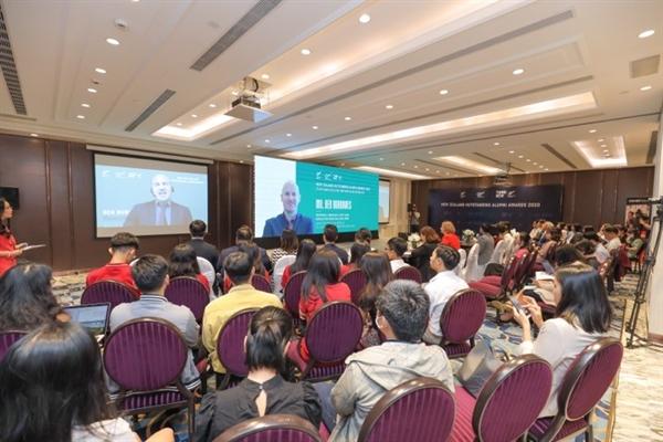 Ông Ben Burrowes, Giám đốc khu vực Đông Á của Cơ quan Giáo dục New Zealand (ENZ) đã dành lời chúc mừng và những chia sẻ, gửi gắm đầy ý nghĩa đến khách tham dự tại buổi lễ từ đầu cầu Singapore