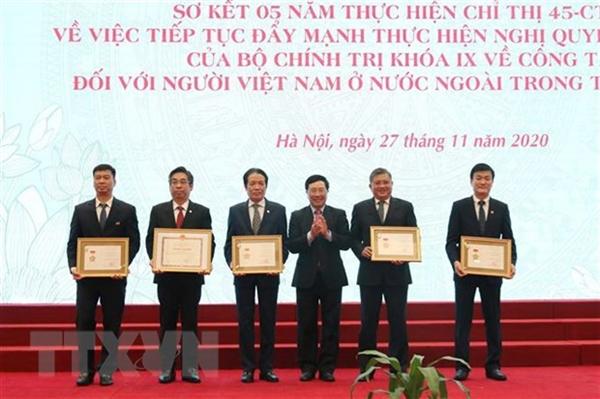 Phó Thủ tướng, Bộ trưởng Bộ Ngoại giao Phạm Bình Minh trao Kỷ niệm chương Vì sự nghiệp Ngoại giao tặng các cá nhân. Ảnh: TTXVN.