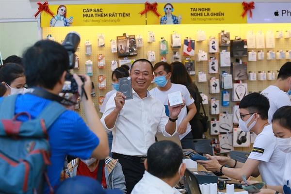 Dịp này, CEO Đoàn Văn Hiểu Em cũng sắm iPhone 12, cùng