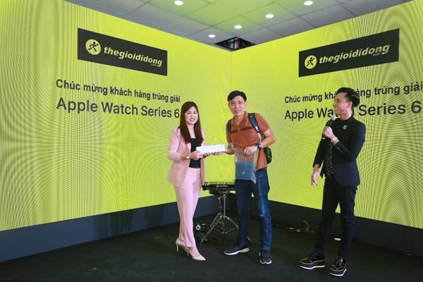 Khách hàng nhận máy còn có cơ hội trúng thưởng những phụ kiện giá trị thuộc hệ sinh thái Apple.