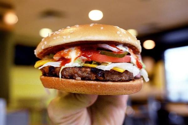 """Bánh mì kẹp thịt """"PLT"""" của McDonald với nhân bánh làm từ thực vật. Ảnh: Reuters."""