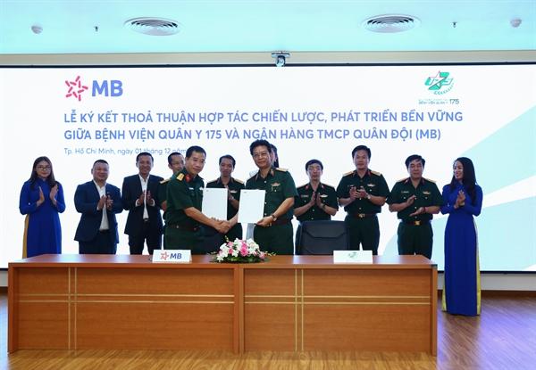 Đại diện MB và Bệnh viện Quân y 175 ký kết thỏa thuận hợp tác chiến lược