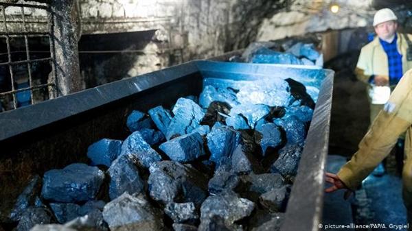 Kế hoạch chính thức là giảm tỉ trọng than trong hỗn hợp năng lượng của Ba Lan xuống còn 60% vào năm 2030. Đối với một quốc gia lâu nay phụ thuộc vào than như xương sống của nền kinh tế, điều đó kéo theo một sự chuyển đổi mạnh mẽ. Ảnh: Deutsche Welle.