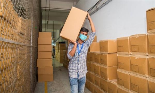 Hàng tồn kho từ các đơn đặt hàng bị hủy tại một nhà máy ở Bangladesh. Ảnh: The Guardian.