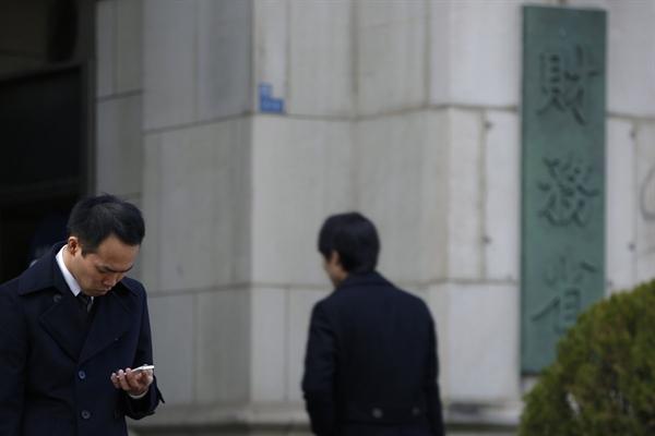 Chính phủ Nhật cũng có kế hoạch cho phép các công ty khấu trừ 25% số tiền họ đầu tư vào các công ty khởi nghiệp từ thu nhập chịu thuế của họ. Ảnh: Bloomberg.