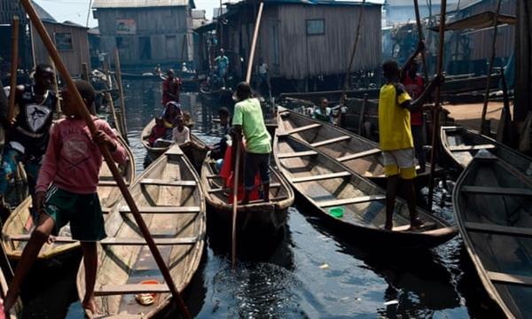 Khu định cư ổ chuột ven sông Makoko ở Nigeria. 67 quốc gia có thu nhập thấp hơn có nguy cơ bị bỏ lại phía sau khi các quốc gia giàu có âm mưu thoát khỏi đại dịch. Ảnh: AFP.
