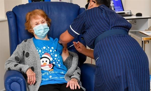 Bà Margaret Keenan đến từ Vương quốc Anh đã trở thành bệnh nhân đầu tiên trên thế giới được tiêm vaccine COVID-19 Pfizer / BioNtech. Ảnh: EPA.