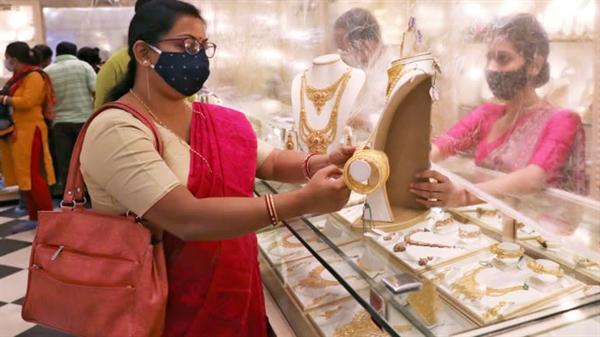 Nhu cầu vàng trang sức của Ấn Độ và Trung Quốc sẽ phục hồi khi các cặp đôi bắt đầu tổ chức lại các đám cưới bị trì hoãn từ lâu. Ảnh: Reuters.