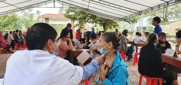 Bác sĩ chuyên khoa, khám tổng quát, tư vấn cho người dân.
